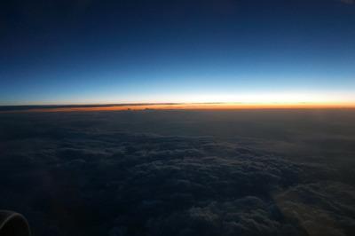 飛行機の窓から夜明けの雲海.jpg